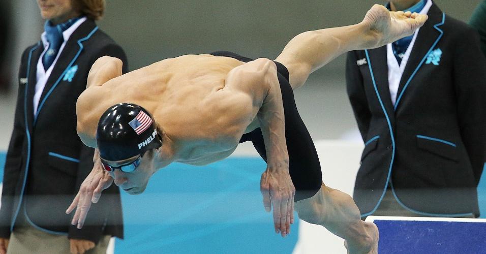 Nadador norte-americano Michael Phelps larga para a prova os 100 m borboleta nos Jogos Olímpicos de Londres