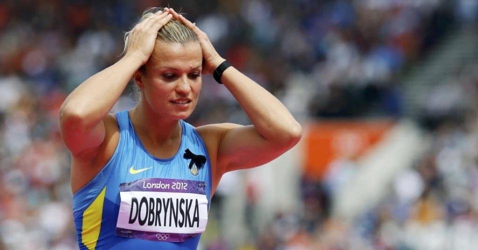 Natallia Dobrynska, da Ucrânia, ajeita o cabelo depois de tentativa no salto em altura do heptatlo