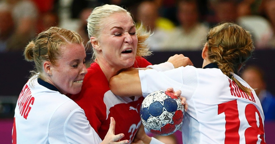 Norueguesas Karoline Dyhre Breivang e Linn-Kristin Koren obstruem rival dinamarquesa Trine Troelsen