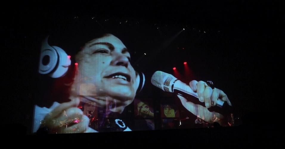 O cantor Cauby Peixoto, que não foi ao show por estar com problema de saúde, mas tece sua imagem projetada em 3D no telão do palco  (2/8/12)