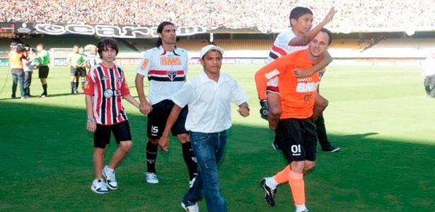 O menino Carlos Roney é carregado por Rogério Ceni antes da partida entre Ceará e São Paulo