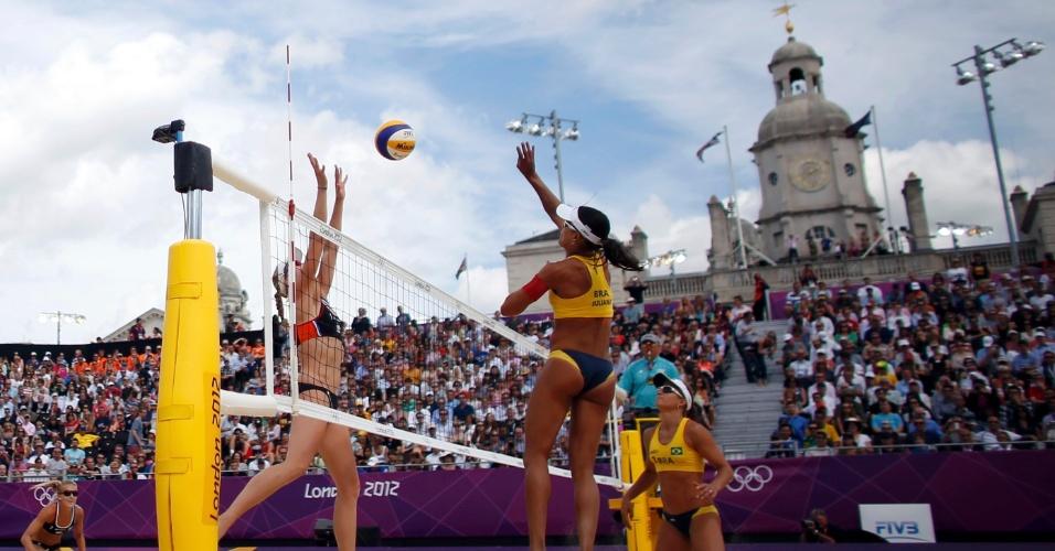 Observada por Larissa, Juliana tenta passar por bloqueio de jogadora holandesa em partida das oitavas de final do vôlei de praia olímpico (03/08/2012)