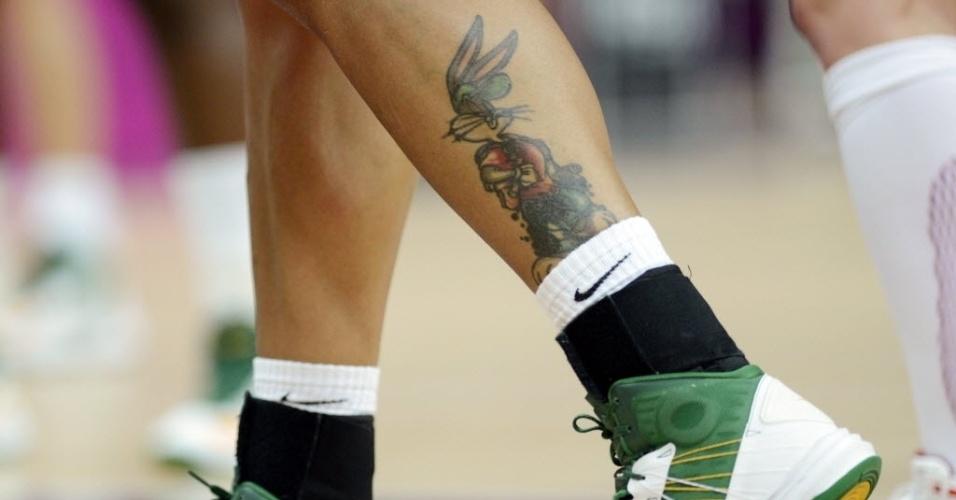 Pernas da pivô da seleção brasileira de basquete, Érika, exibem taguagem do personagem Pernalonga