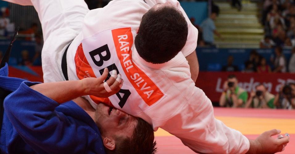 Rafael Silva cai sobre o lituano Marius Paskevicius em luta da categoria até 100 kg