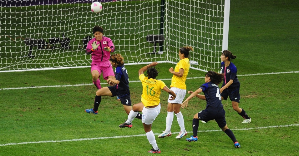 Renata Costa recebe dentro da área japonesa, mas pega mal na bola e manda longe da meta japonesa