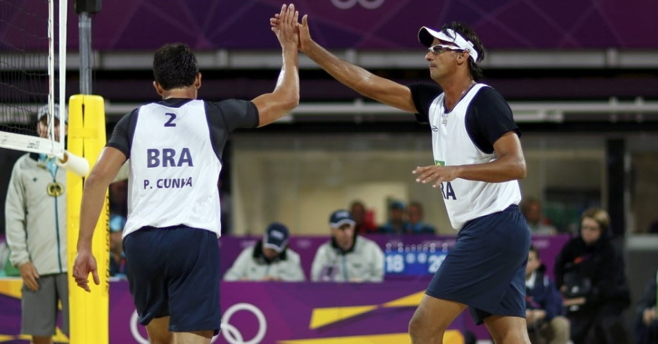 Ricardo e Pedro Cunha comemoram ponto durante a vitória sobre dupla espanhola nas oitavas de final dos Jogos
