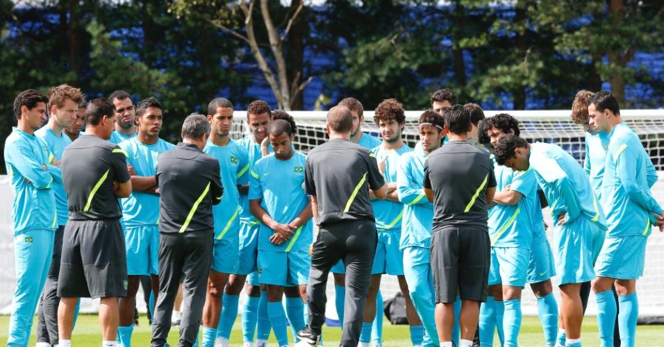 Técnico Mano Menezes (de costas, no centro) conversa com os jogadores durante o último treino antes do duelo contra Honduras, pelas quartas de final dos Jogos Olímpicos de Londres