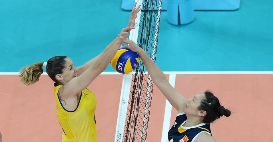 Thaisa disputa bola na rede contra a chinesa Chu Jinling