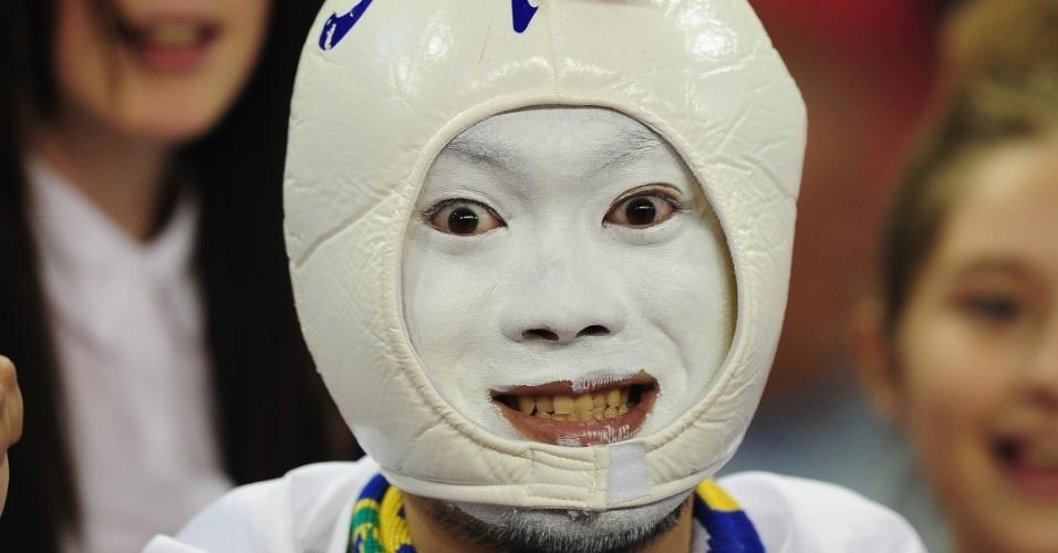 Torcedor japonês aguarda início do duelo entre Japão e Brasil, no Milennium Stadium de Cardiff, pelas quartas de final do torneio olímpico