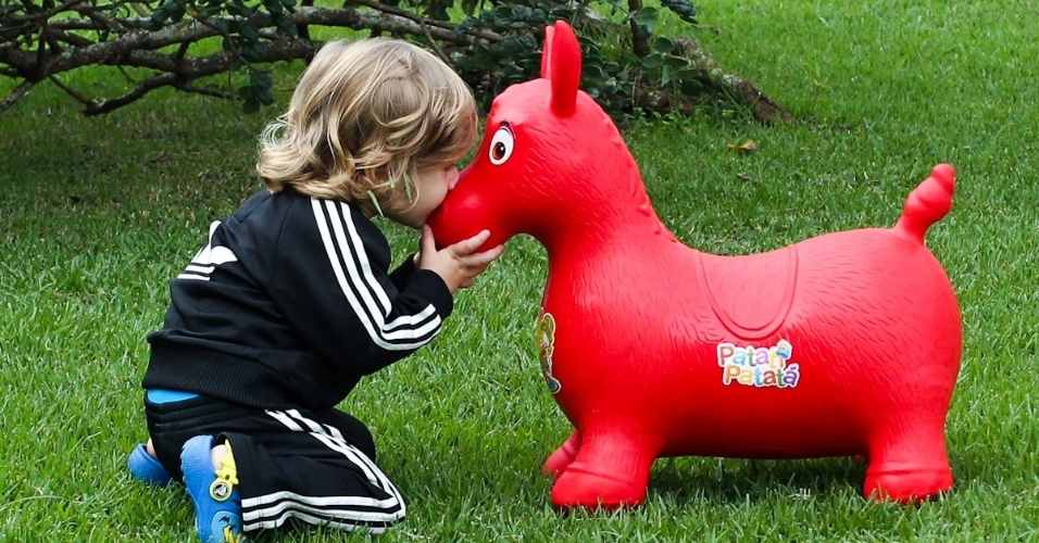 Vittorio, filho de Adriane Galisteu, beija cavalinho em viagem para resort no Guarujá. O menino, que completa dois anos neste sábado (4), é fruto da relação da apresentadora com o empresário Alexandre Iódice (3/8/2012)