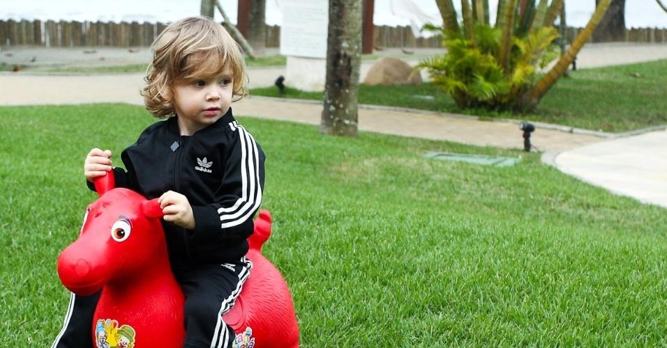 Vittorio, filho de Adriane Galisteu, brinca com cavalinho em viagem para resort no Guarujá. O menino, que completa dois anos neste sábado (4), é fruto da relação da apresentadora com o empresário Alexandre Iódice(3/8/2012)