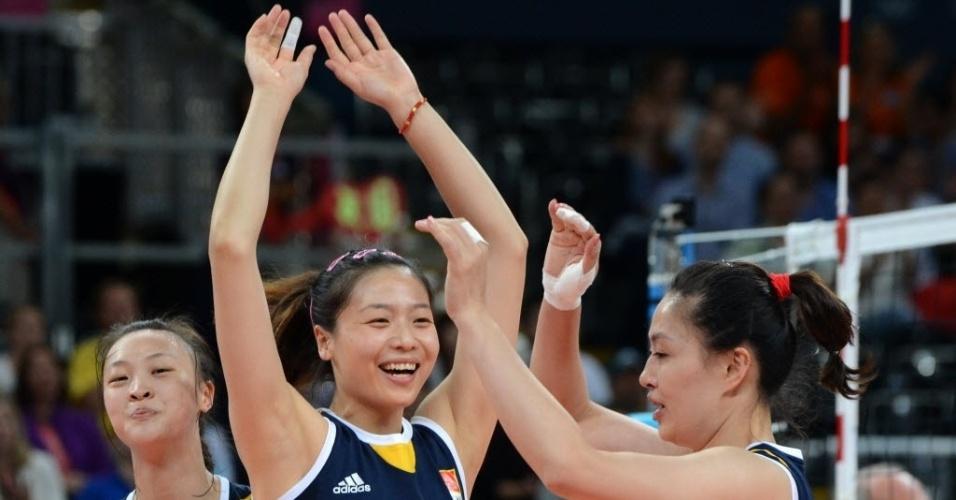 Wei Qiuyue (centro) comemora ponto com as companheiras no duelo contra o Brasil
