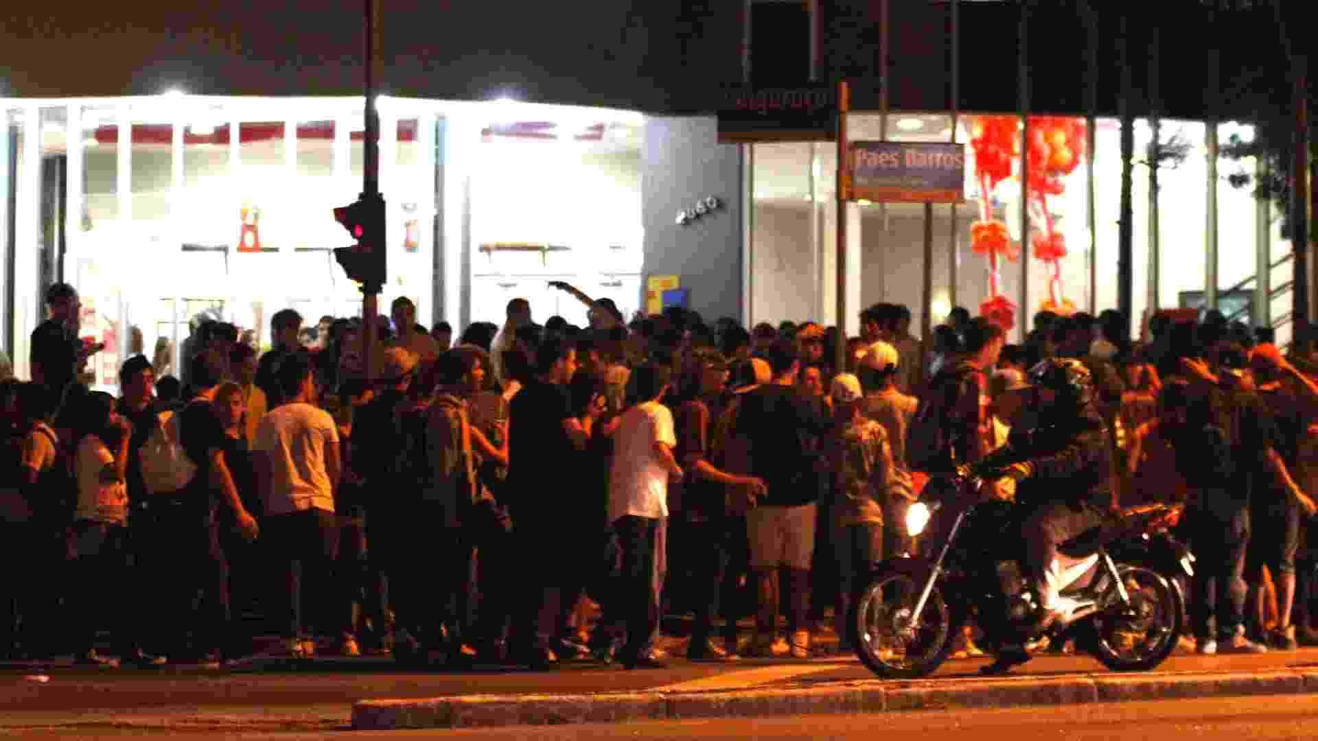4.ago.2012 - Cerca de 1.000 jovens fecharam na madrugada deste sábado (4) a praça Visconde de Souza Fontes, na Mooca, em São Paulo (SP), para a realização de uma festa no local - Ale Vianna/Brazil Photo Press