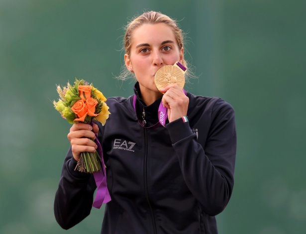 A policial italiana Jessica Rossi beija a medalha de ouro conquistada na fossa olímpica