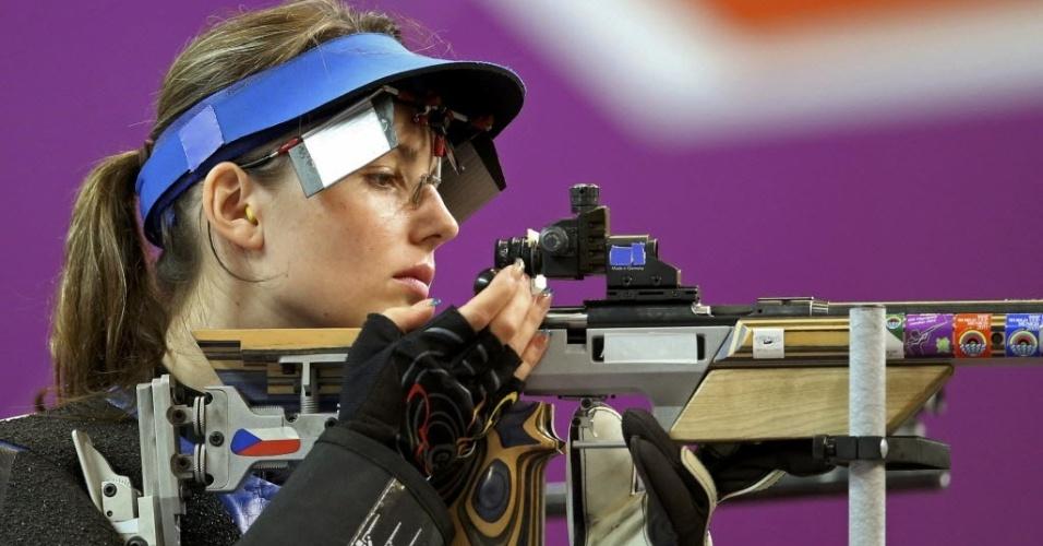 Adela Sykorova, da Rep. Tcheca, prepara-se para a competição durante a disputa do tiro esportivo em Londres