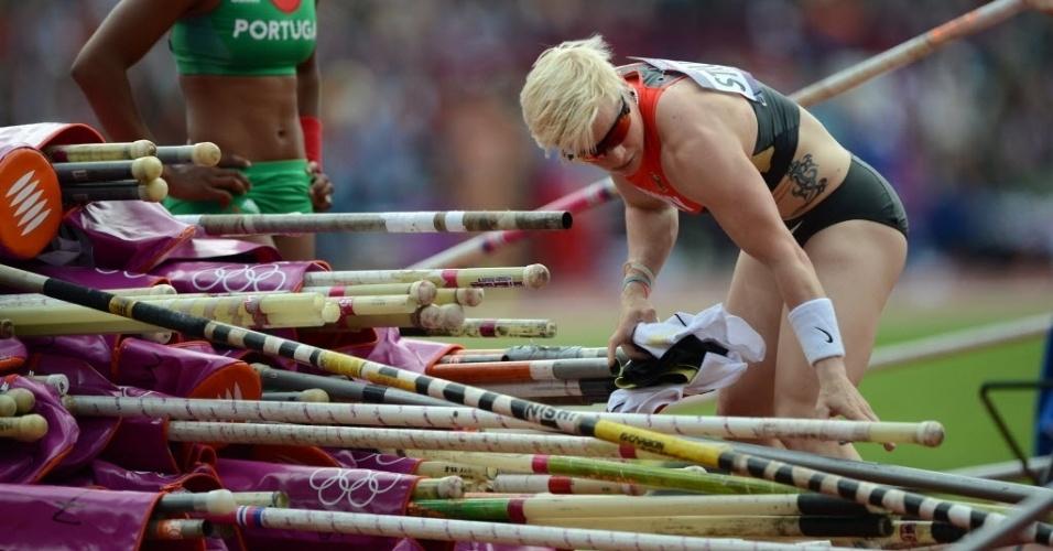 Alemã Martina Strutz procura sua vara antes de saltar nas eliminatórias; ela conseguiu avançar à final