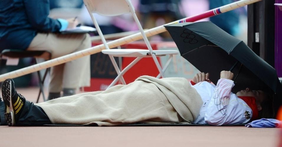 Alemã Silke Spiegelburg imita Isinbayeva e dorme antes do começo das eliminatórias do salto com vara