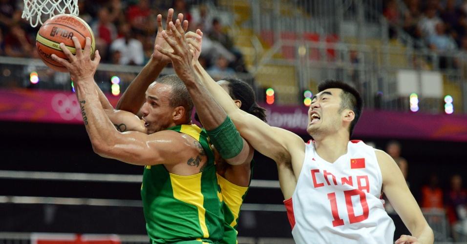 Alex Garcia sobe para pegar um rebote na partida do Brasil contra a China no basquete masculino