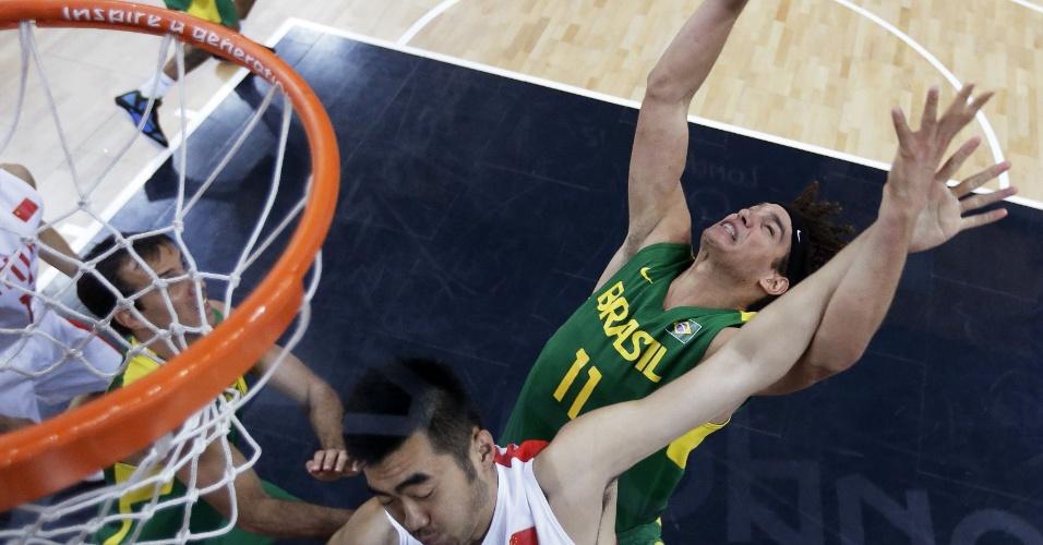 Anderson Varejão disputa bola com atleta chinês em vitória do Brasil na fase de grupos