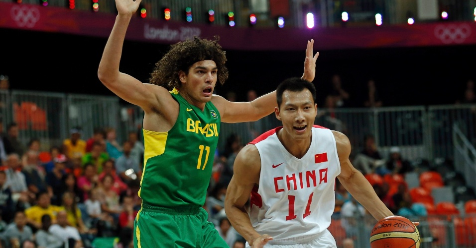 Anderson Varejão faz marcação sobre jogador da seleção da China