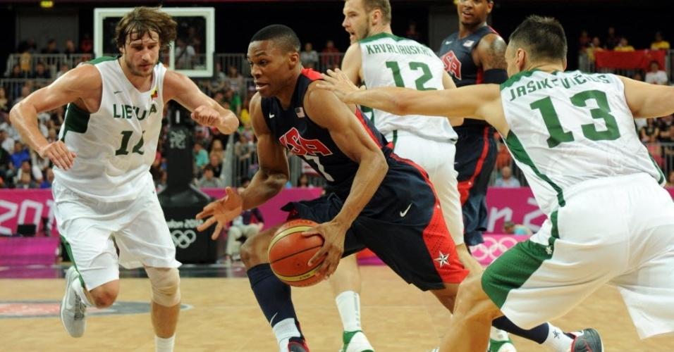Armador americano Russell Westbrook busca infiltração na defesa da Lituânia no basquete