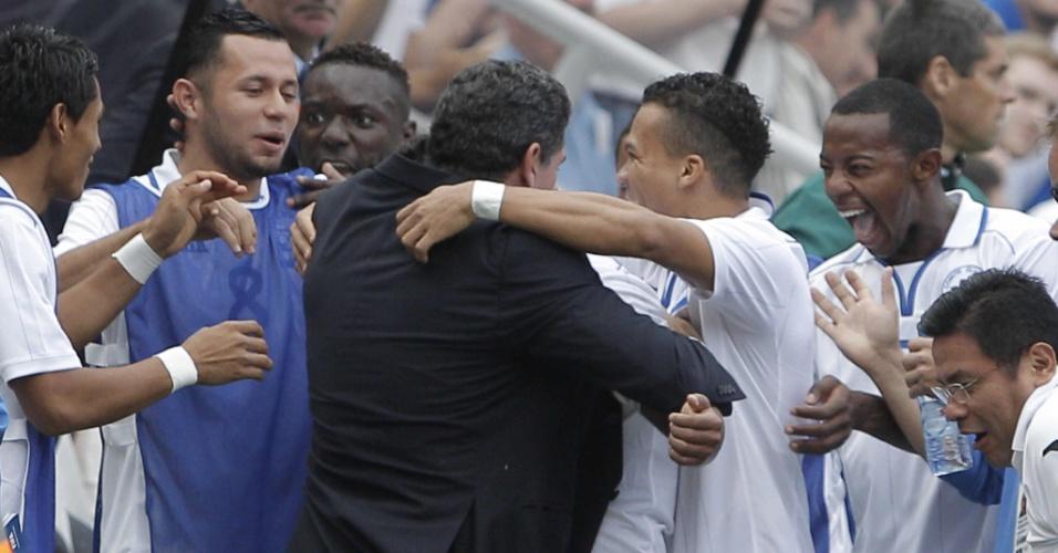 Atacante Martinez  abraça o técnico Luis Fernando Suárez para comemorar o gol da seleção de Honduras no jogo contra o Brasil