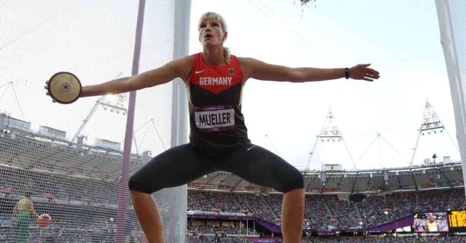 Atleta alemã, Nadine Muller, se prepara para participar da prova de lançamento de disco em Londres