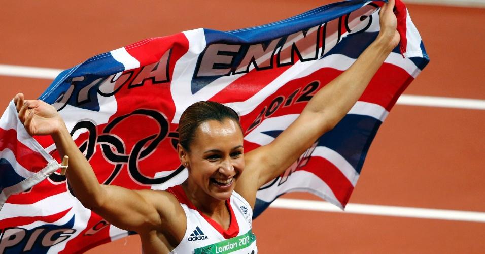 Atleta britânica Jessica Ennis comemora medalha de ouro no heptatlo feminino