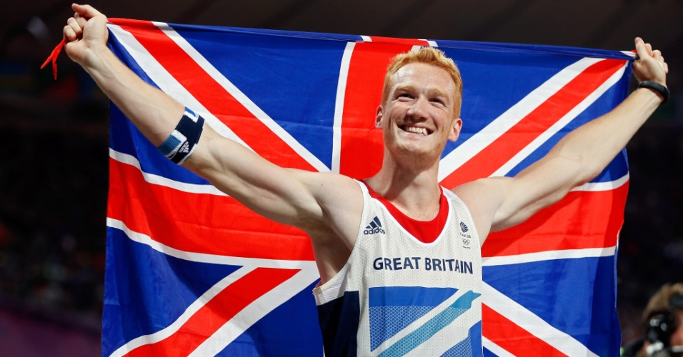 Atleta britânico, Greg Rutherford comemora após conquistar medalha de ouro no salto em distância