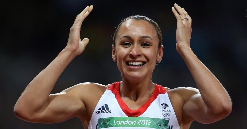Atleta britânica Jessica Ennis comemora após ganhar medalha de ouro no heptatlo feminino