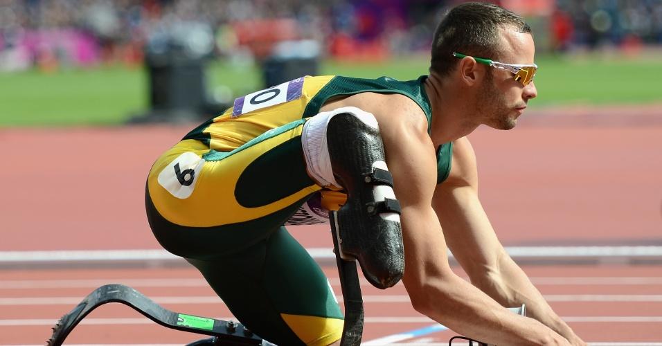 Atleta sul-africano Oscar Pistorius se prepara para a largada da primeira eliminatória dos 400 m livres