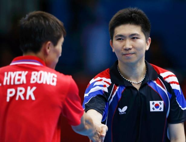 Atletas de Coreia do Norte e Coreia do Sul se cumprimentam após partida em Londres
