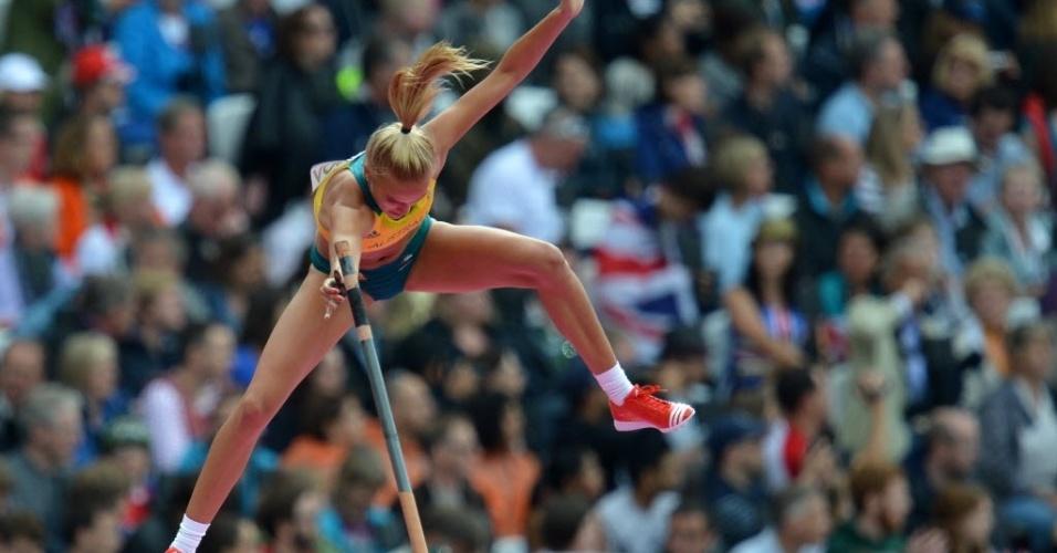 Australiana Liz Parnov compete nas eliminatórias do salto com vara feminino em Londres