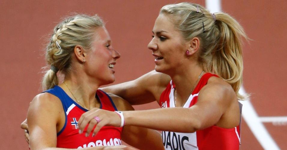 Austríaca Ivona Dadic cumprimenta norueguesa Ida Marcussen após prova dos 800 m livres no heptatlo feminino