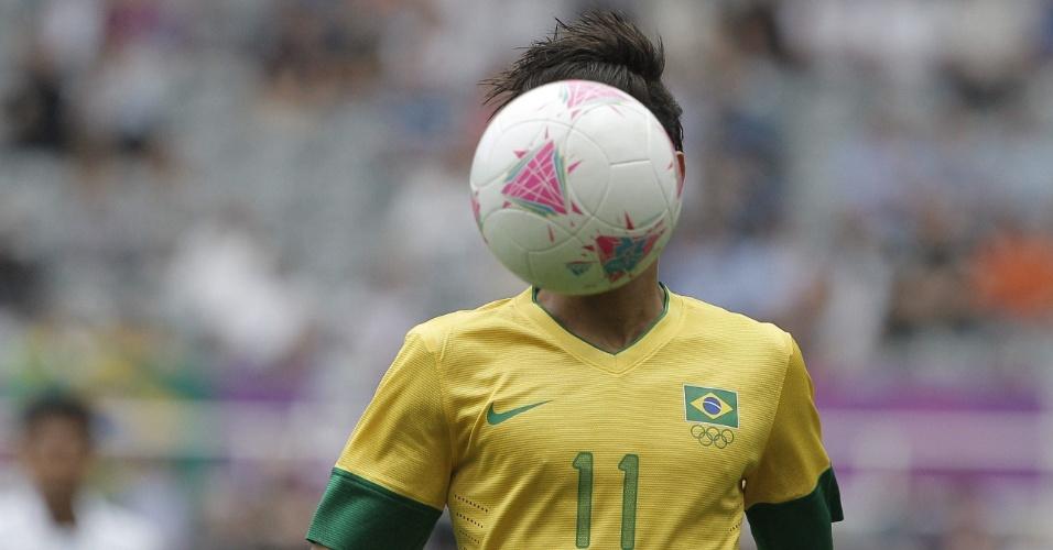 Bola encobre cabeça de Neymar durante a partida entre Brasil e Honduras pelos Jogos de Londres