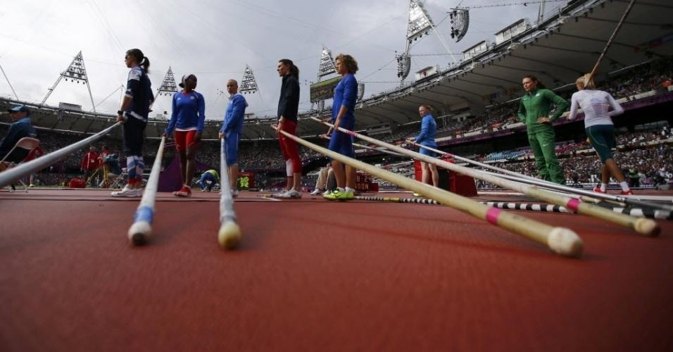 Brasileira Fabiana Murer (à direita) e outras atletas do salto com vara se preparam antes do início das eliminatórias
