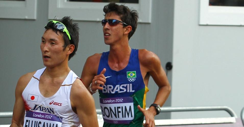 Brasileiro Caio Bonfim, da marcha atlética, compete durante a prova de 20 km em Londres