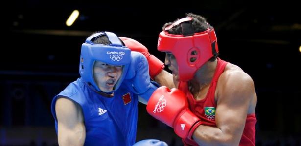 Brasileiro Yamaguchi Falcão, de vermelho, acerta soco em Fanlong Meng, da China, em luta da categoria até 81 kg