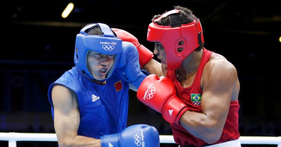 Brasileiro Yamaguchi Falcão, de vermelho, acerta soco em Fanlong Meng, da China, em luta da categoria até 81 kg do boxe olímpico