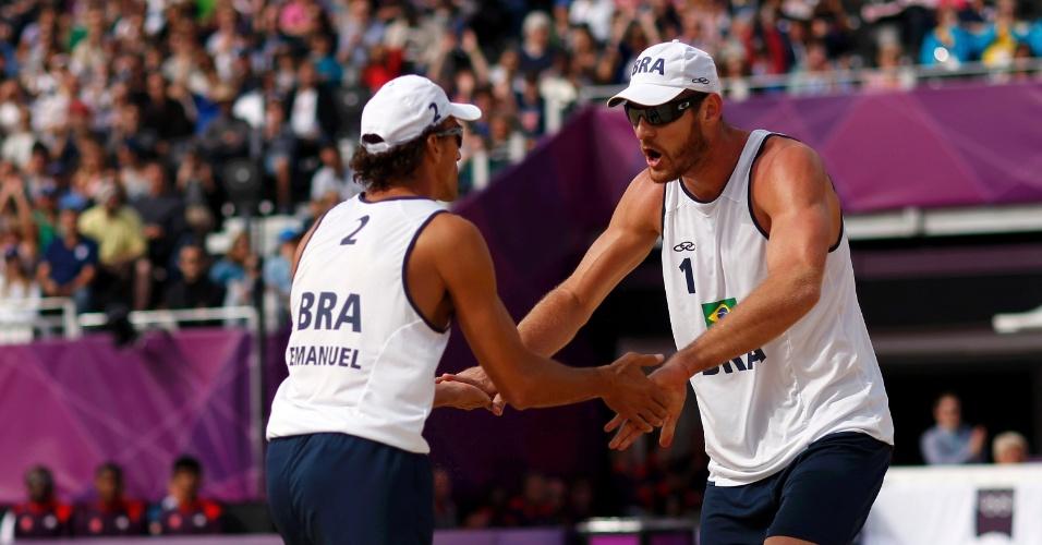 Brasileiros Emanuel e Alison celebram ponto na vitória por 2 sets a 0 sobre dupla alemã em Londres
