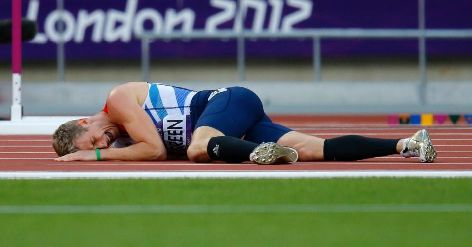 Britânico Jack Green cai durante semifinal dos 400 m com barreira
