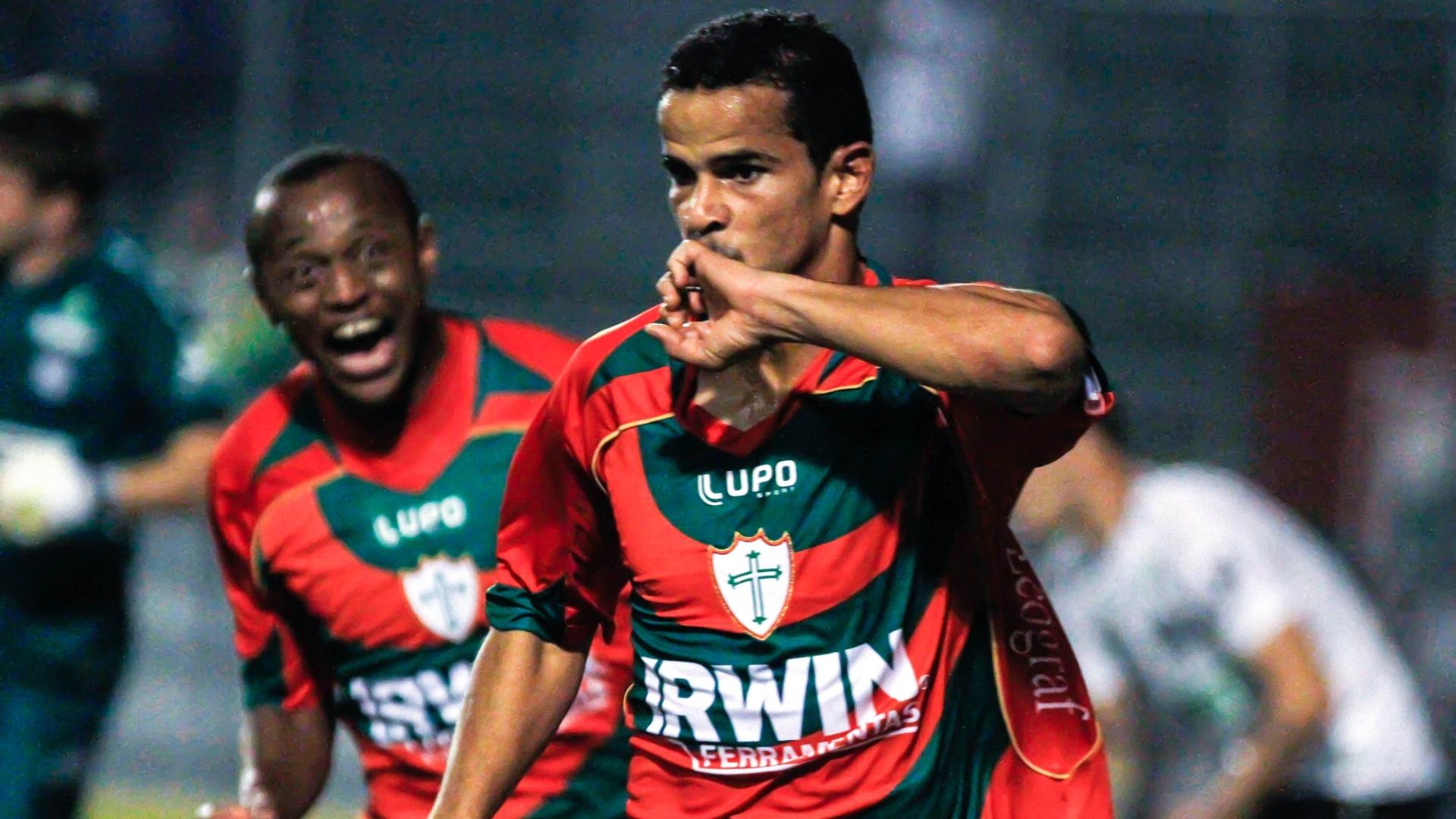 Bruno Mineiro comemora um dos gols da Portuguesa na vitória contra o Figueirense por 2 a 0 (04/08/2012)