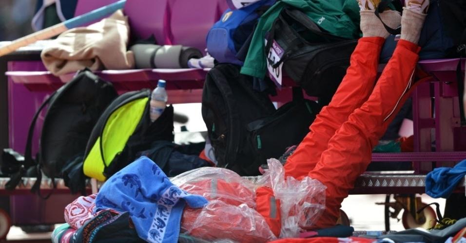 Campeã olímpica Yelena Isinbayeva tira uma soneca antes do início das eliminatórias do salto com vara em Londres