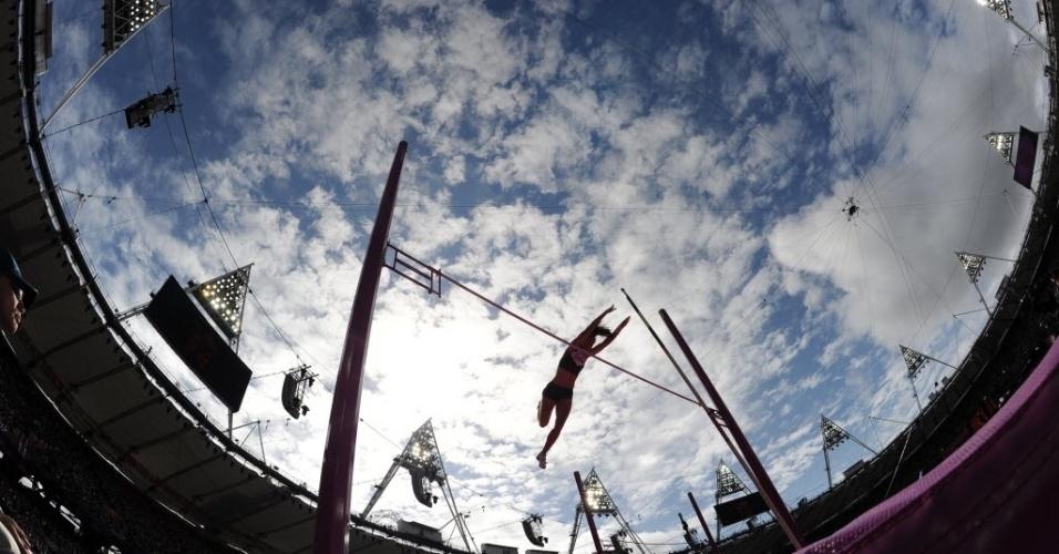 Canadense Melanie Blouin compete nas eliminatórias do salto com vara feminino em Londres