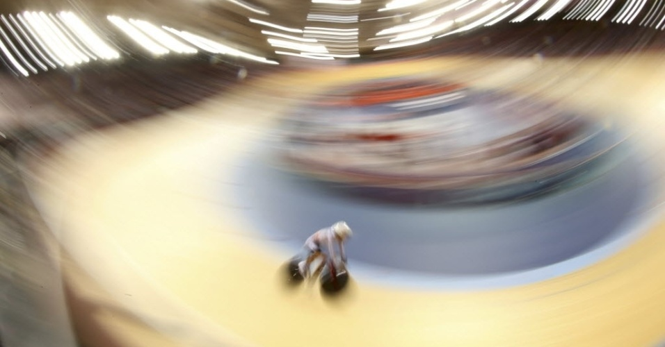 Ciclista passa na curva durante prova disputada no velódromo dos Jogos Olímpicos de Londres