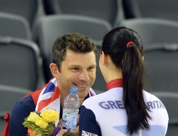 Ciclista Victoria Pendleton, do Reino Unido, comemora a medalha de ouro do ciclismo com o namorado