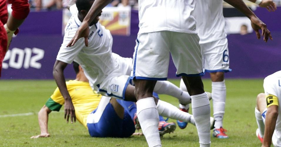 Damião dá carrinho em meio aos jogadores de Honduras para mandar para as redes e empatar partida pelas quartas de final dos Jogos