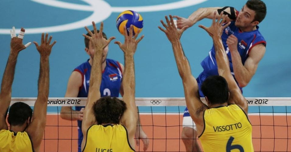 Dante, Lucão e Vissotto tentam bloquear o ataque de Nikola Kovacevic, da Sérvia