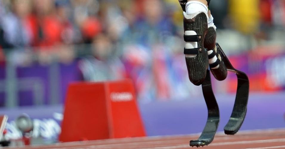Detalhe nas próteses do sul-africano Oscar Pistorius durante a disputa dos 400 m rasos