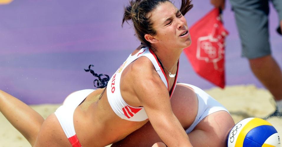Espanholas Elsa e Liliana Baquerizo se chocam durante partida do vôlei de praia na Olimpíada de Londres (04/07/2012)